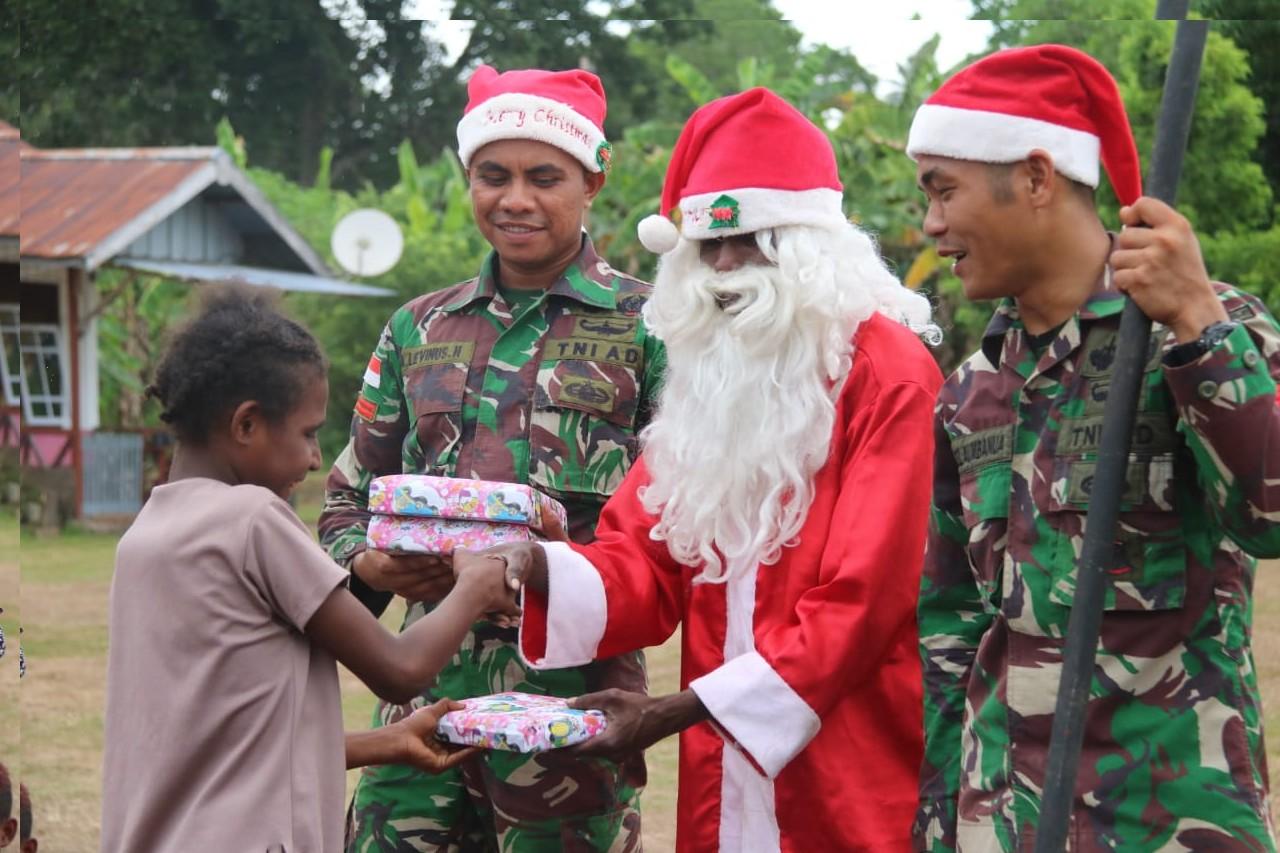 Berbagi cinta kasih natal  dengan cara unik di Papua