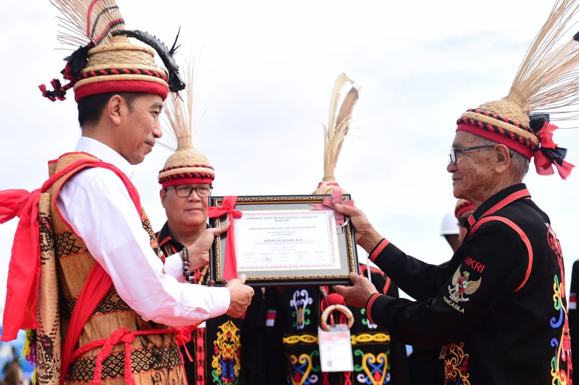 Dianugerahi Gelar Adat Dayak Lundayeh, Presiden Jokowi Akui Tambah Motivasi Bangun Perbatasan