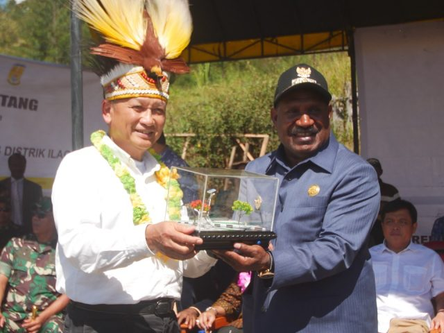 Warga Puncak Papua Berbahagia, Desanya Kini Teraliri Listrik