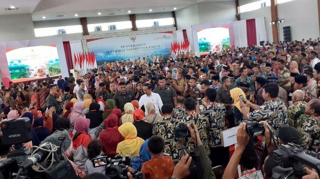 Jokowi Serahkan Sertifikat Tanah Di Kulon Progo