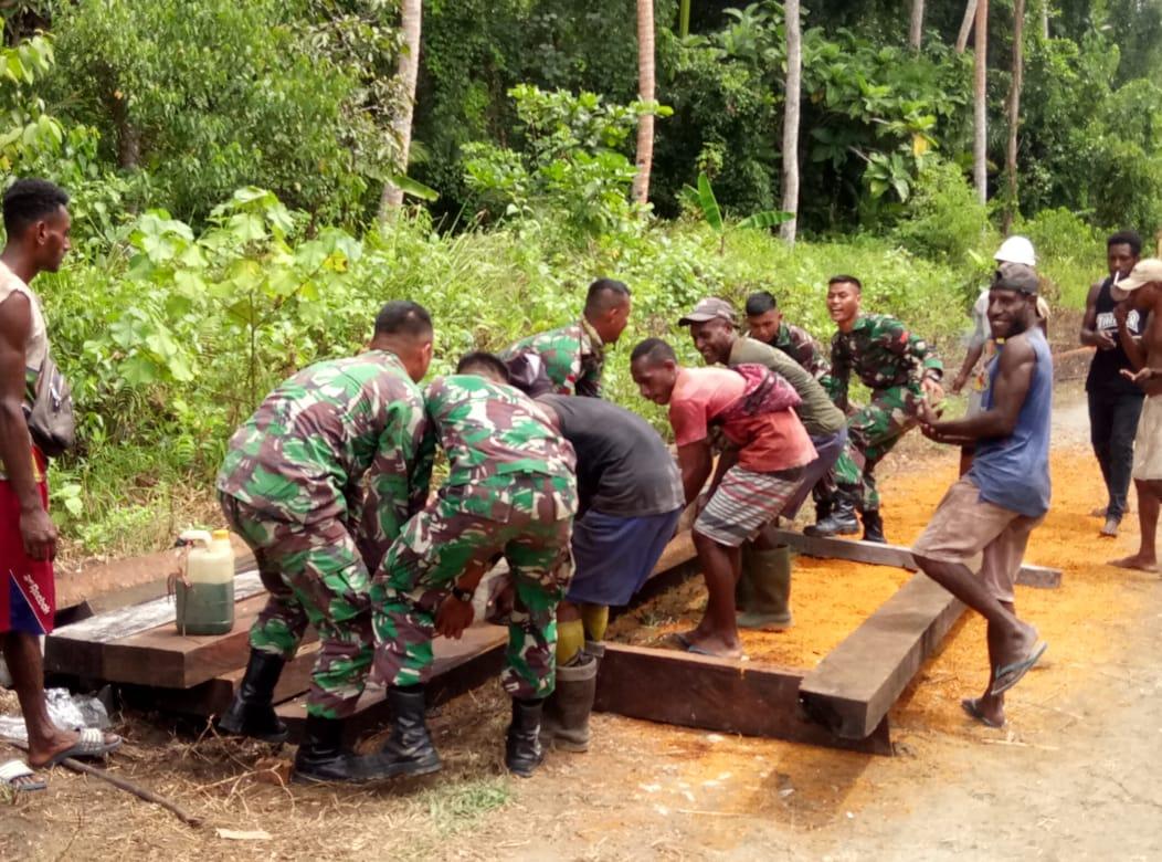 TNI bersama warga perbaiki jembatan yang rusak di pedalaman Papua