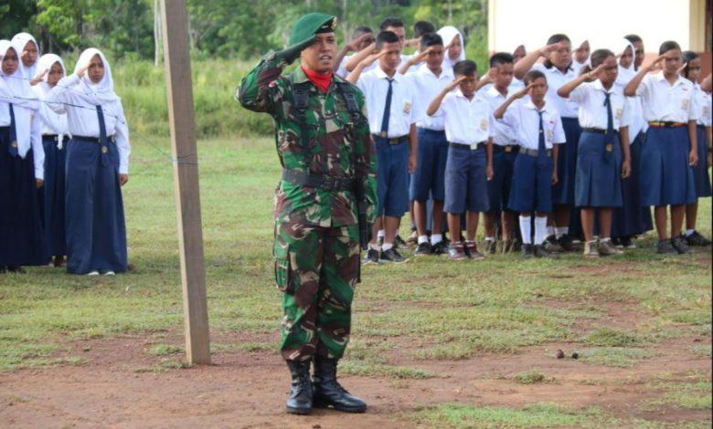 Prajurit TNI Ajak Pelajar Di Perbatasan Cinta NKRI