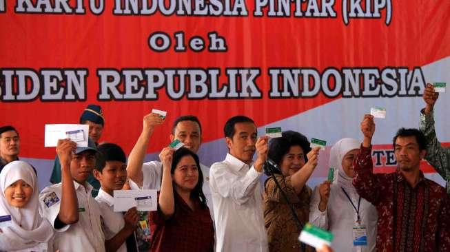 Presiden Jokowi Tangkal Virus Corona Pakai Kartu Sakti