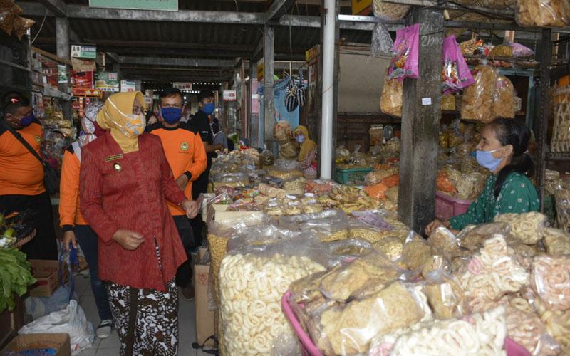Masuk Pasar, Wajib Jaga Jarak dan Pakai Masker