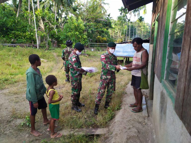 Menjaga Kedamaian Papua, Satgas Raider 300 Membagikan Baju Cinta Damai