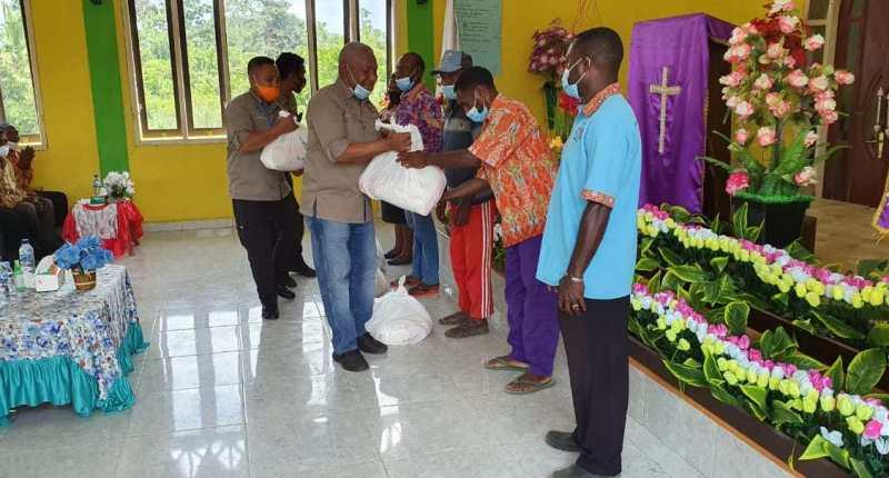 Gubernur Papua Barat Bagikan Paket Bama di Kampung Sembab Manokwari
