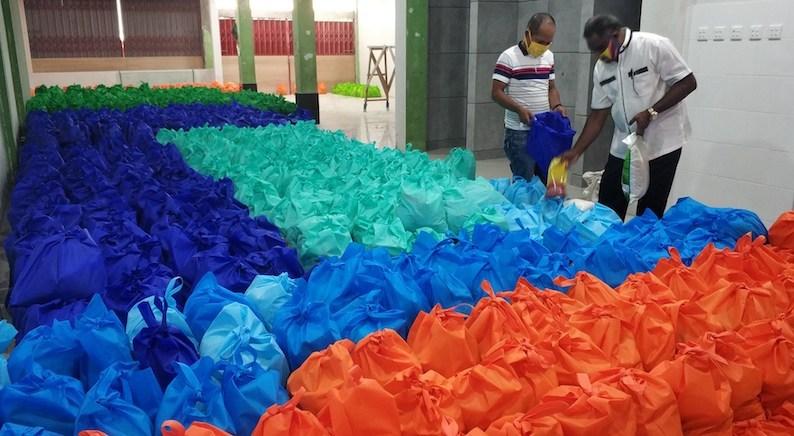 Pastikan Tak Ada yang Kelaparan, Ketua DPR Kota Jayapura Bagikan Ribuan Paket Sembako