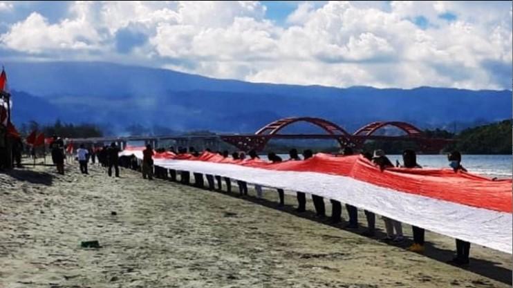 Sambut HUT RI ke-75, Pemuda Papua bentangkan bendera Merah Putih sepanjang satu kilo meter
