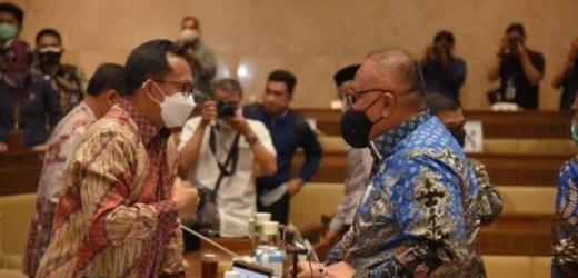 Wujudkan Pilkada Sehat, DPR Puji Mendagri Getol Bagikan Masker